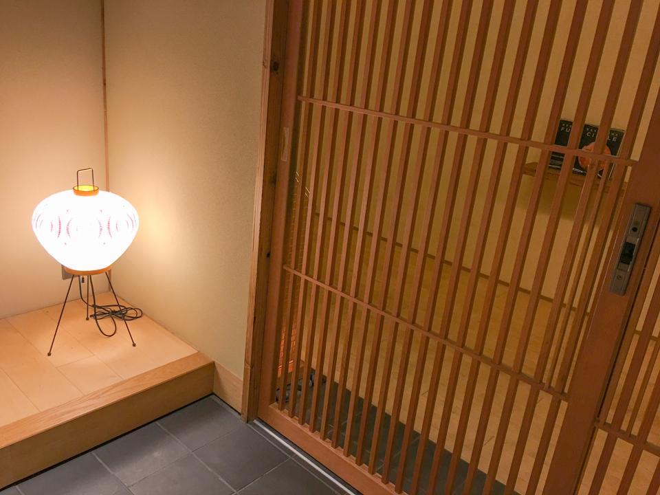 玄関の灯篭の写真
