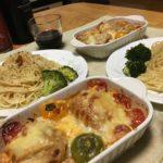 ロールキャベツのチーズ焼き中心の夕食の写真