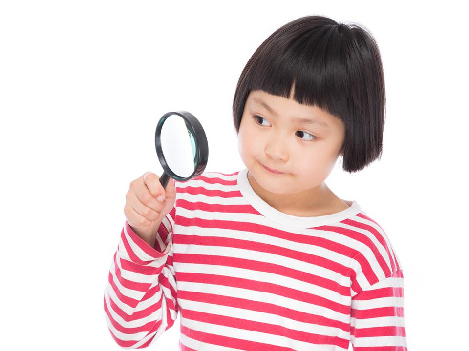虫眼鏡で観察している写真