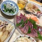 舞茸と冬瓜とイカの煮物中心の夕食の写真
