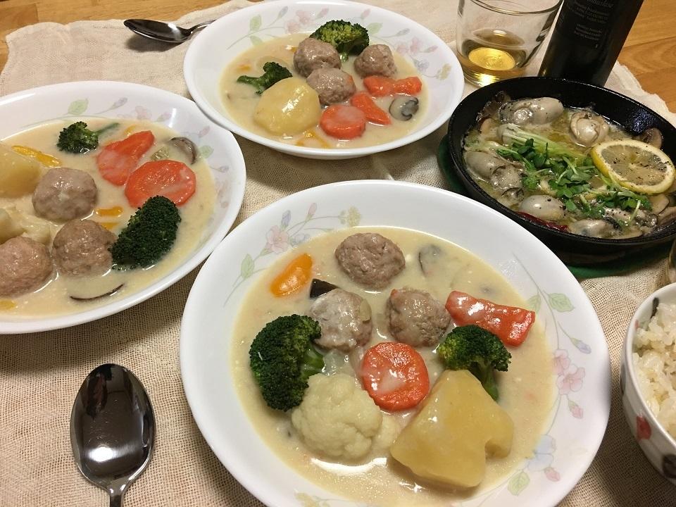 クリームシチュー中心の夕食の写真