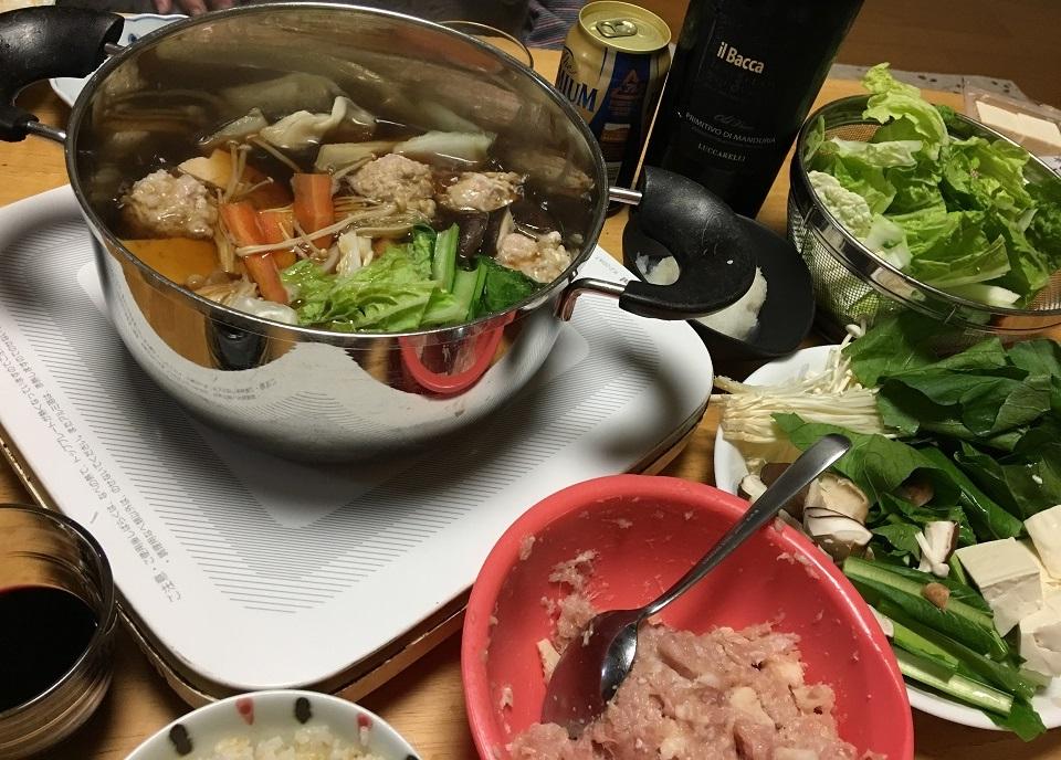 鶏団子鍋の食卓の写真
