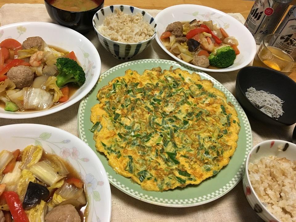 ねぎだらけの卵焼き中心の夕食の写真
