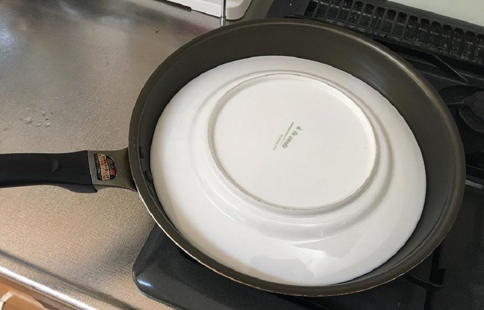 フライパンと皿の写真