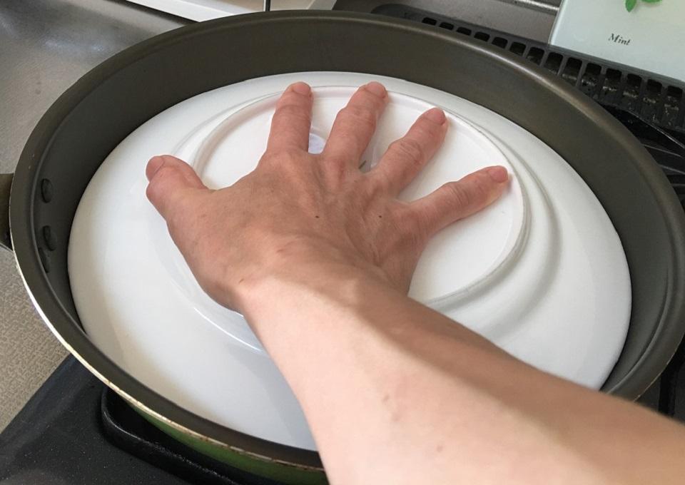 皿に手を置いている写真