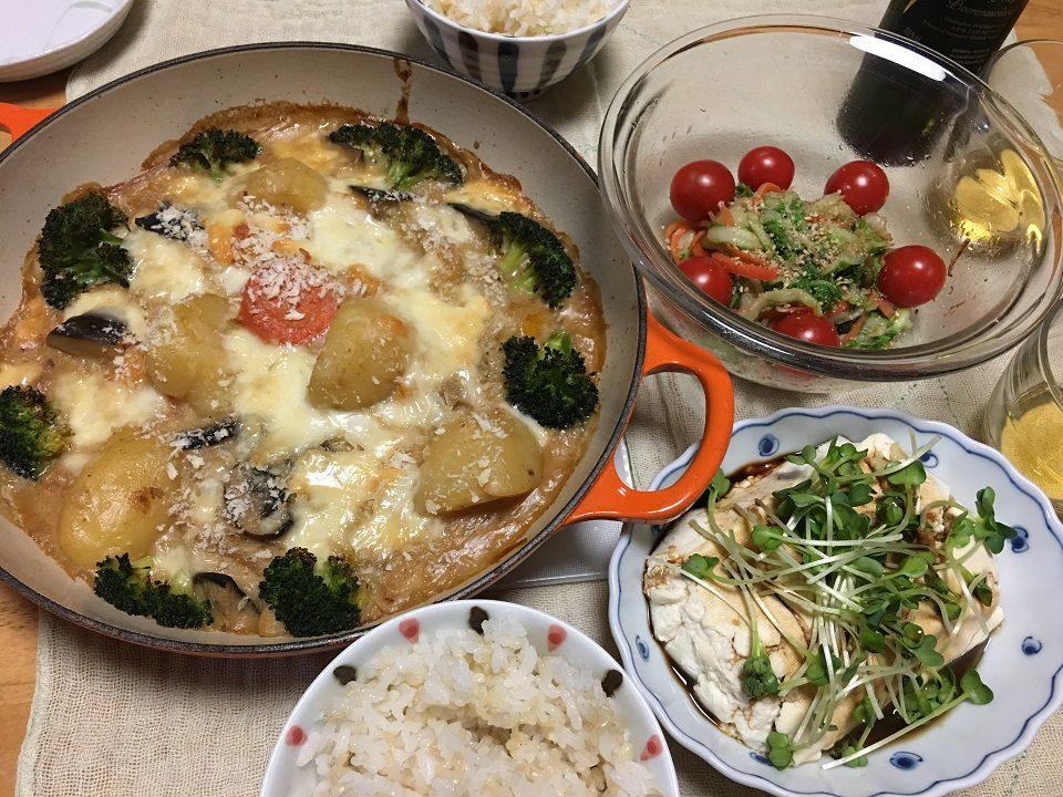 麩のグラタン中心の夕食の写真