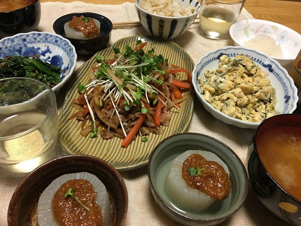 大根の皮の炒めもの中心の夕食の写真