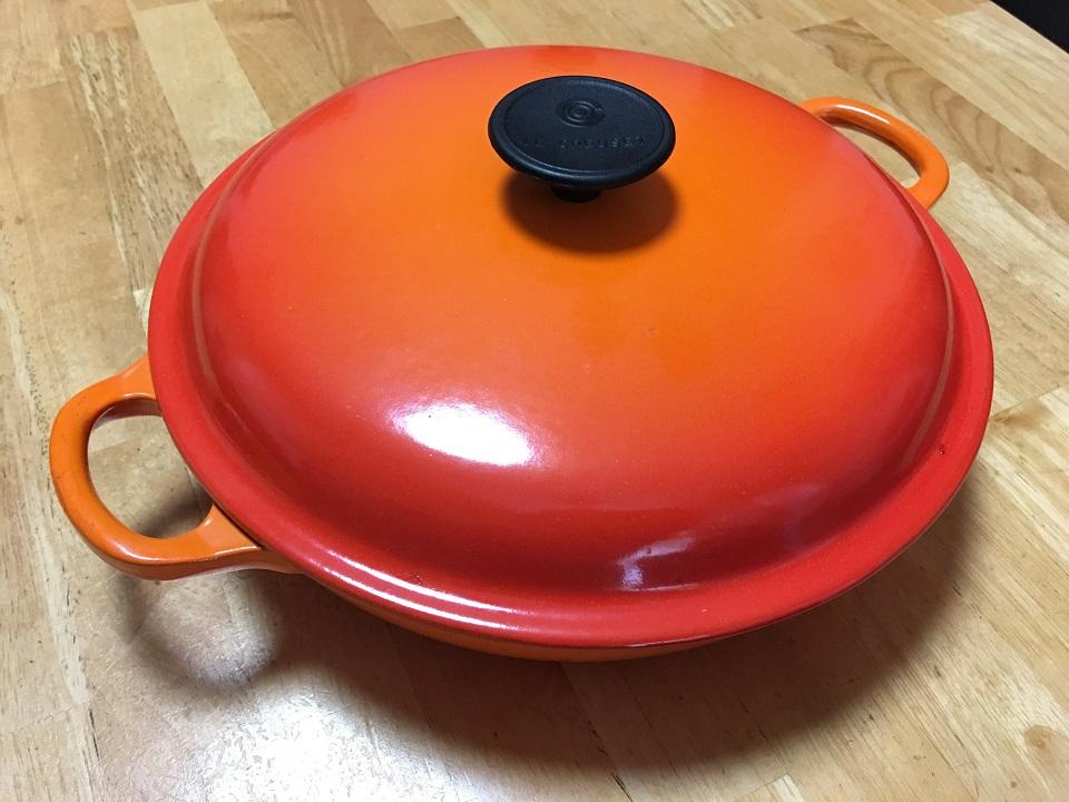 フタをしたキャセロール鍋の写真