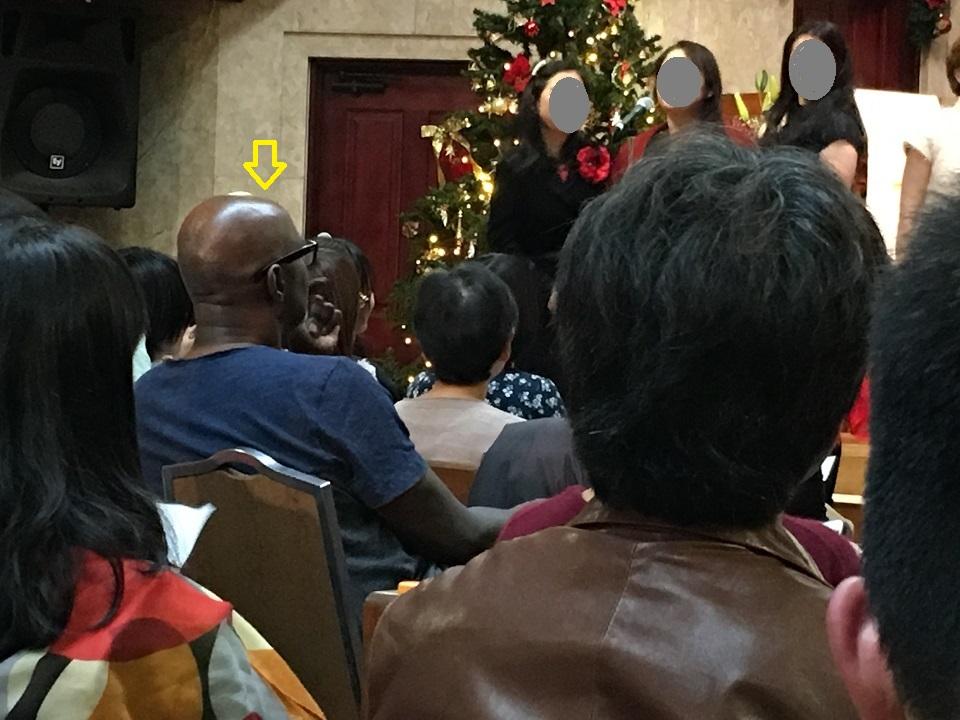 客席に座る Claud の写真