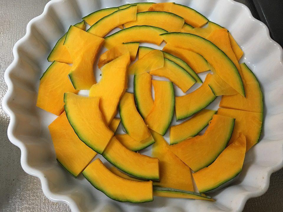 かぼちゃを耐熱皿に並べた写真
