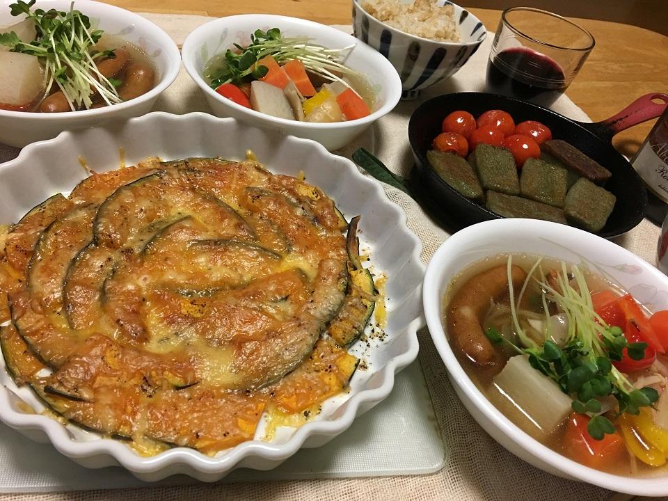 かぼちゃのチーズ焼き中心の夕食の写真