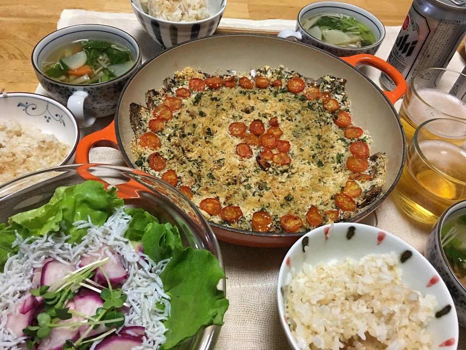 イワシの香草パン粉焼き中心の夕食の写真