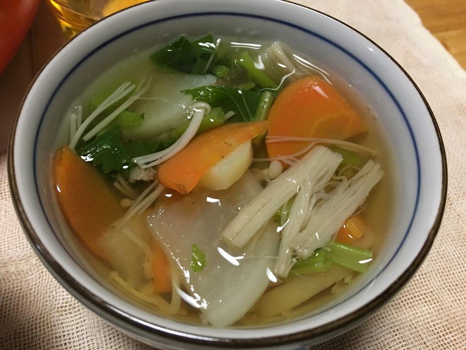 大根と人参とエノキのコンソメスープの写真