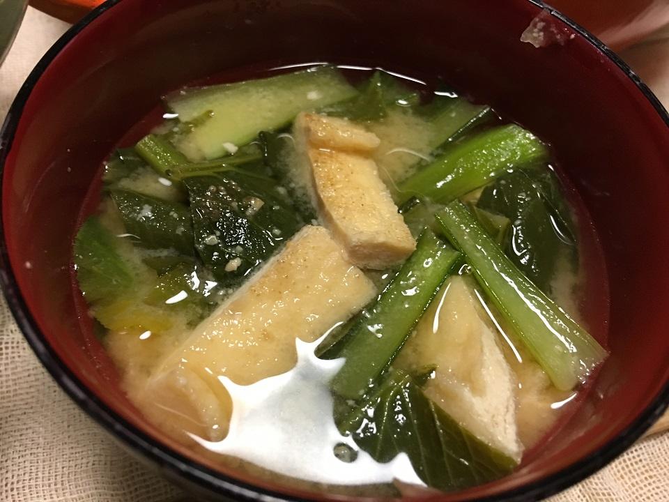 小松菜と油揚げの味噌汁の写真