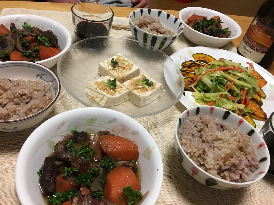 牛肉の赤ワイン煮中心の夕食の写真