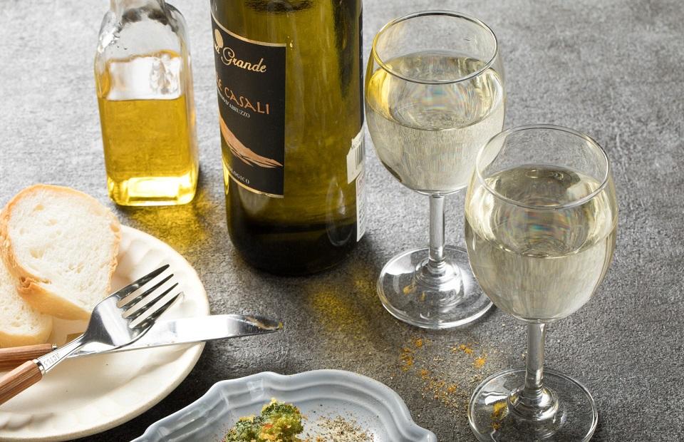 ワインとワイングラスがならんでいる写真