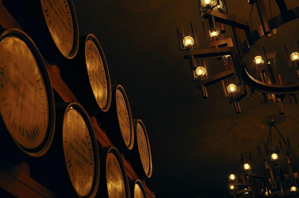 ウイスキーの樽が積まれたしゃれた店内