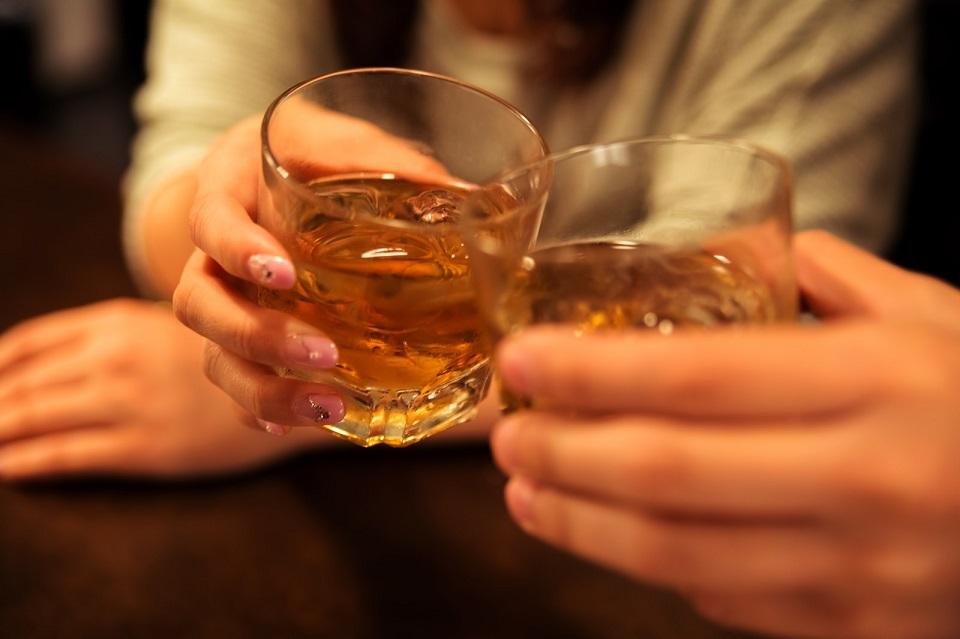 グラスを合わせて乾杯する恋人同士の写真