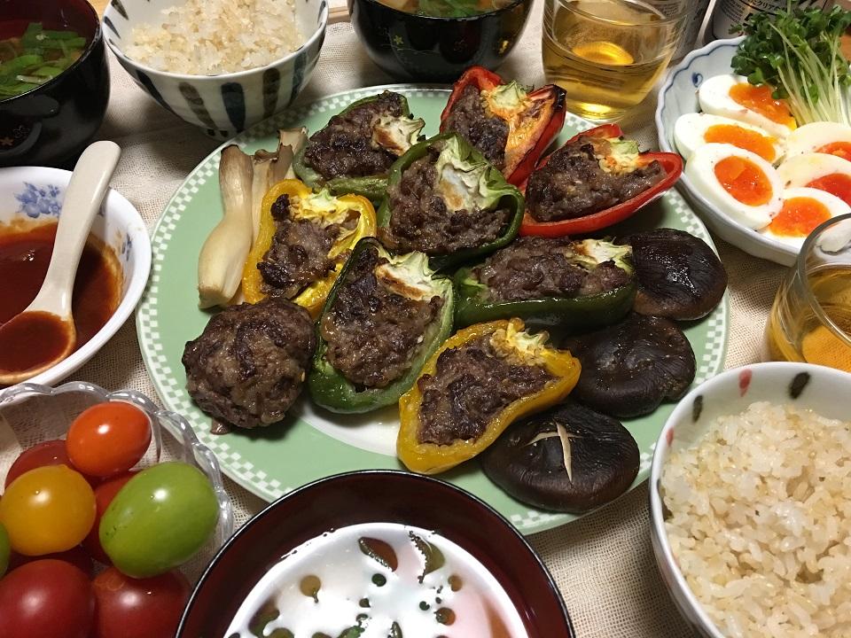 ピーマンの肉詰め中心の夕食の写真