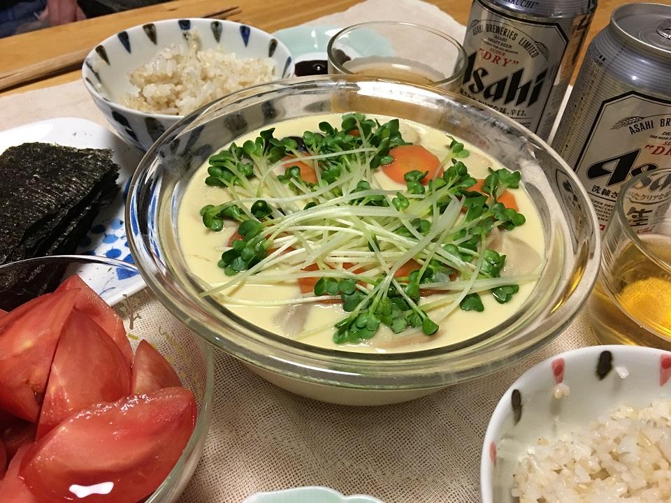 大きい茶碗蒸し中心の夕食の写真