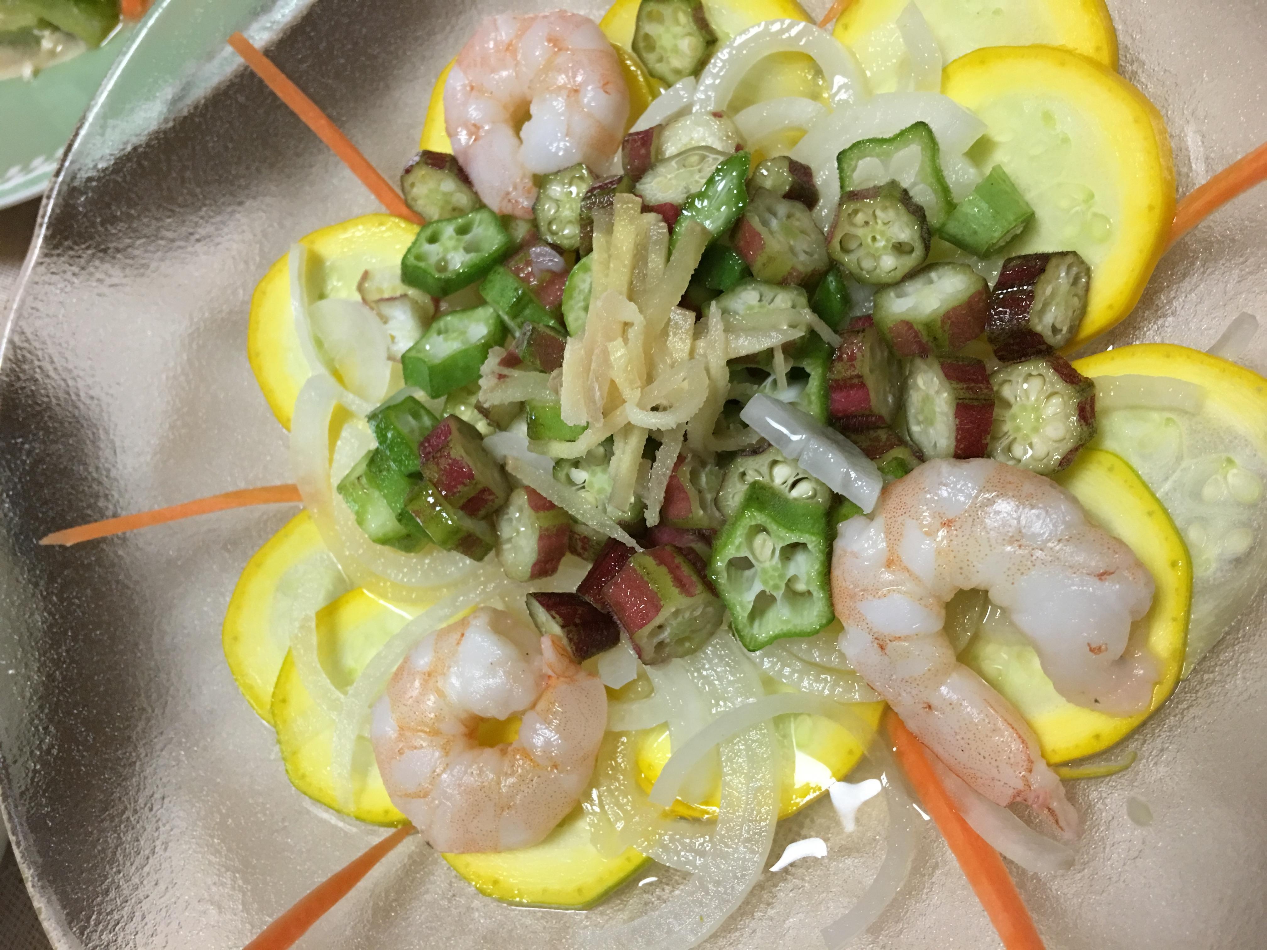 ズッキーニとオクラとエビのサラダの写真