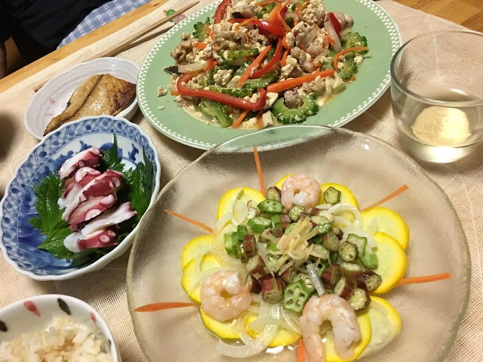 オクラとエビのサラダ中心の夕食の写真