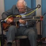 バッキー・ピザレリがギターを弾く写真