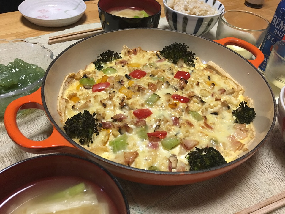 豆腐の和風お狐キッシュ中心の夕食の写真