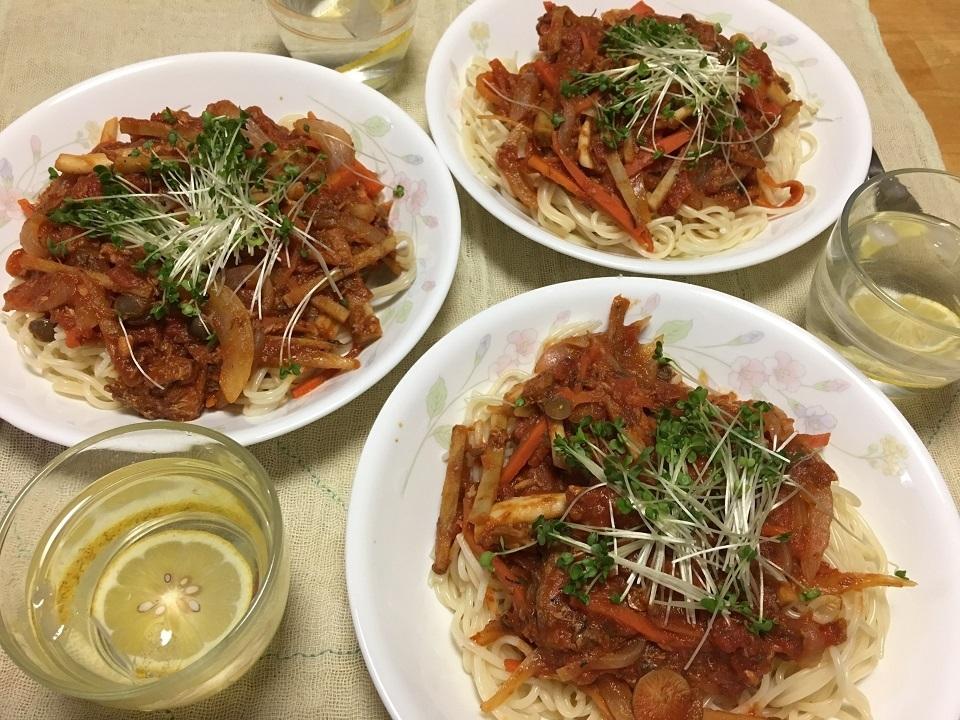 鯖缶とトマト缶の野菜たっぷり洋風パスタが食卓にならんでいる写真
