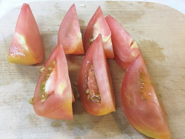 切ったトマトの写真