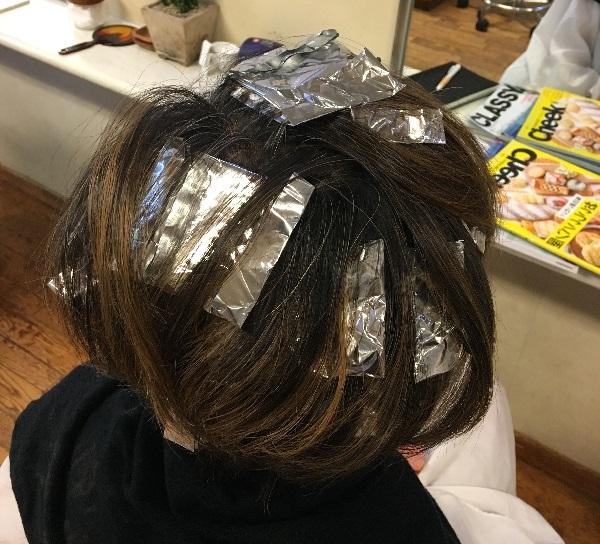髪を染めている最中のガッツの写真