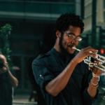 男性がトランペットを吹いている写真
