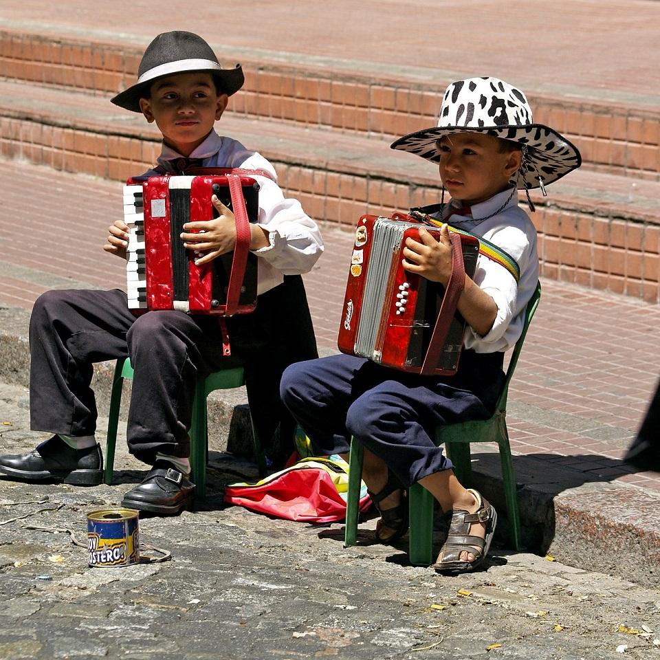 アコーディオンを弾く子どもたちの写真