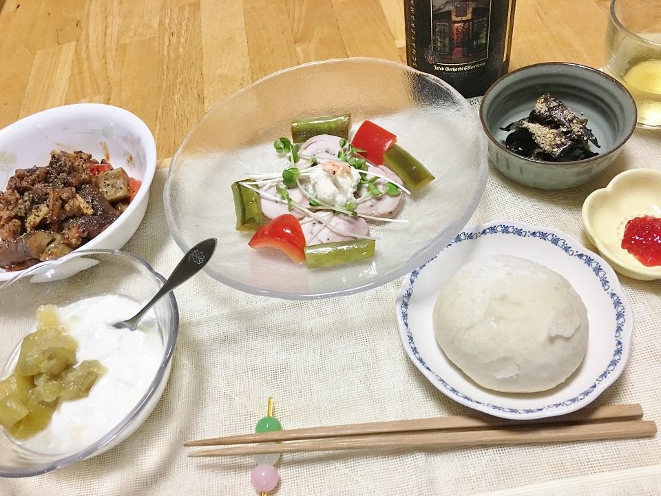 なすと挽肉のトマト炒め中心の夕食の写真