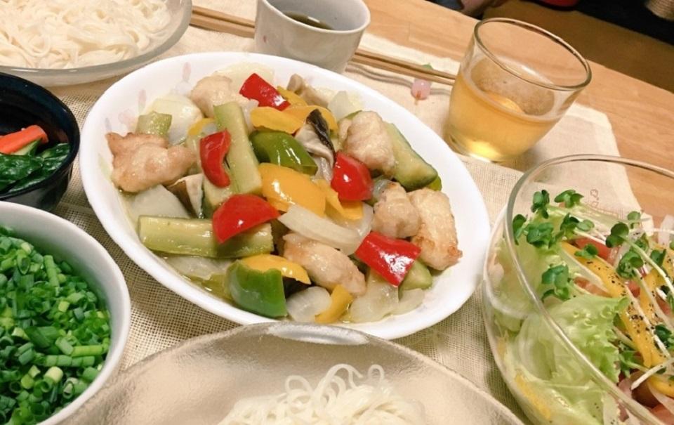ナス酢鶏中心の夕食の写真