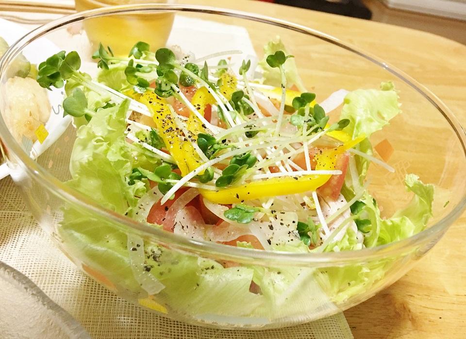 トマトと鶏ハムのサラダの写真