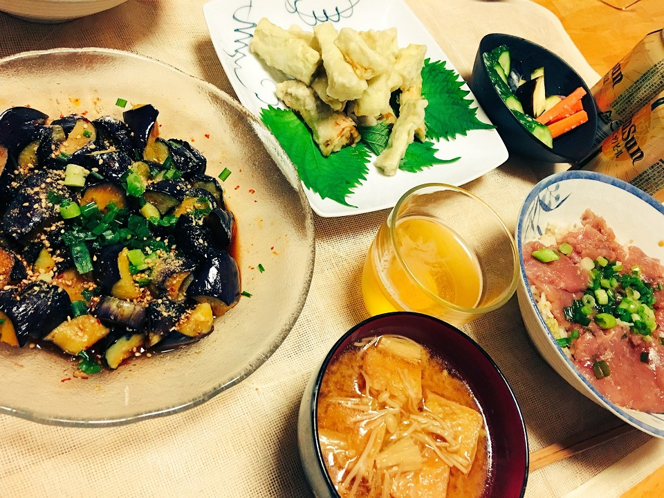 ひもナスの天ぷら中心の夕食メニューの写真