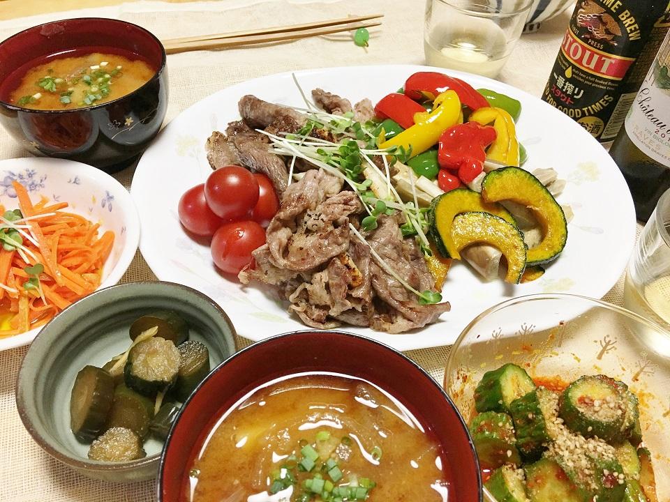 焼肉中心の夕食の写真