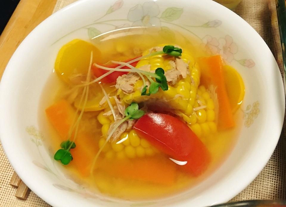 トウモロコシとズッキーニとツナ缶のスープの写真