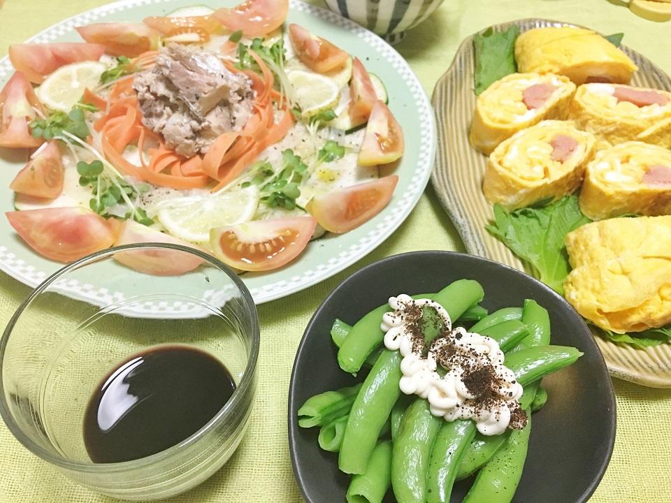 鯖缶とズッキーニのサラダ中心の夕食メニューの写真