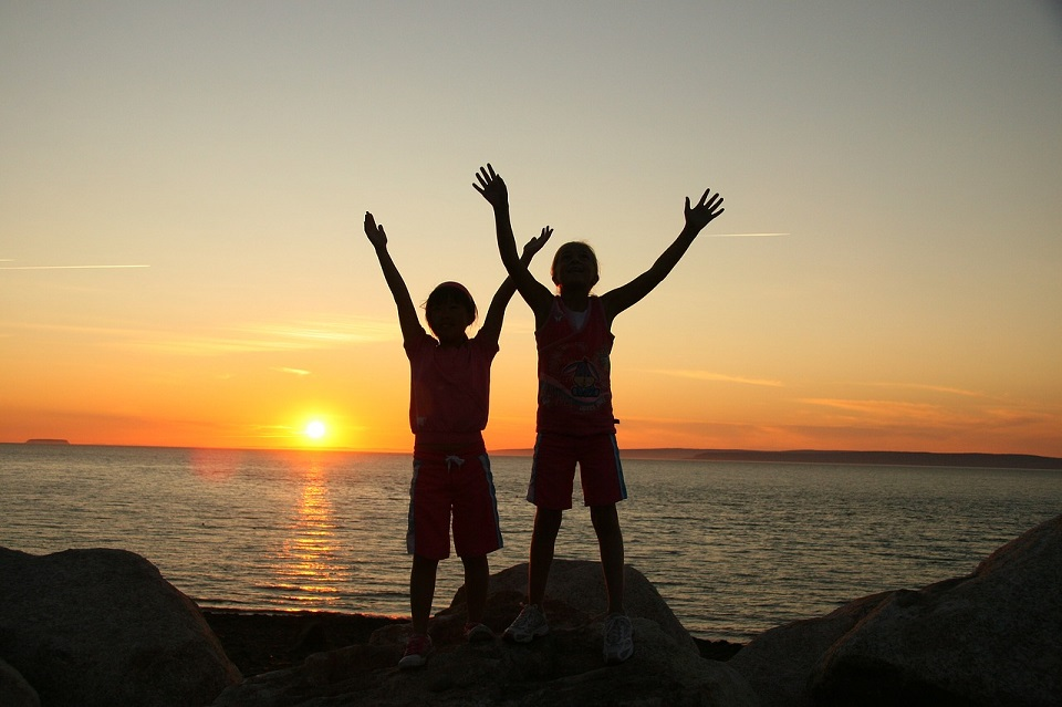 夕日を称賛する少年たちの写真