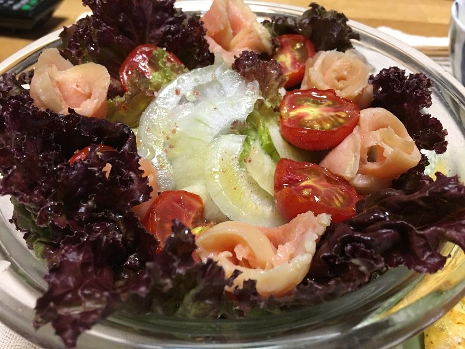 プチトマトとサーモンのサラダの写真