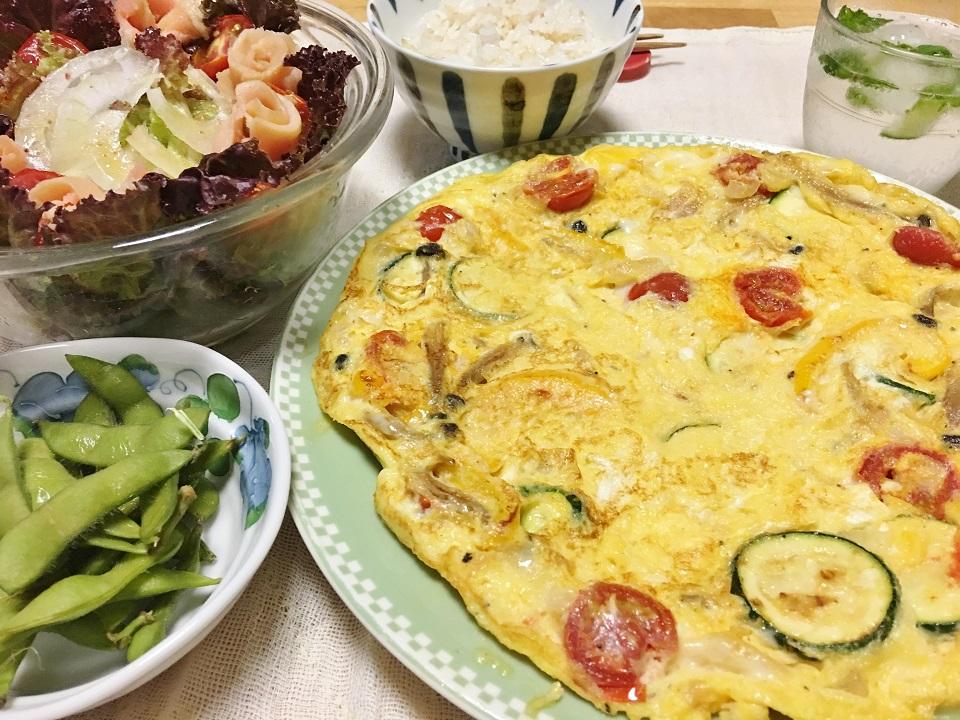 干し野菜のスパニッシュオムレツとセミドライトマトのサーモンサラダの夕食の写真