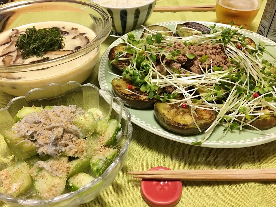 トマトの茶碗蒸し中心の夕食の写真