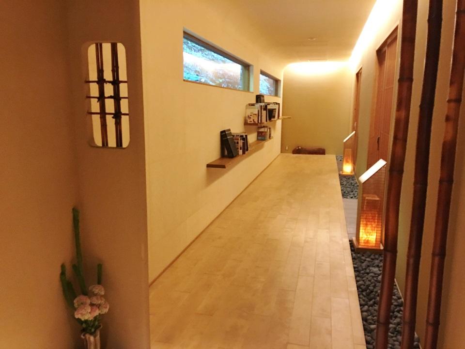 右源太の客室前の廊下の写真