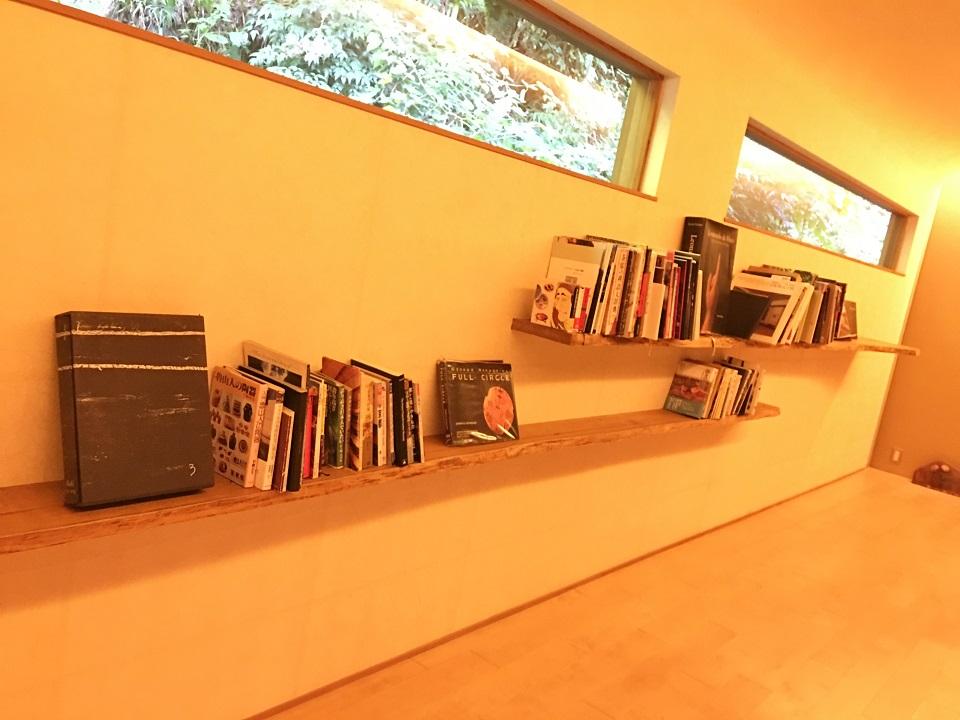 右源太の廊下の書棚の写真