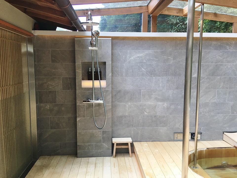 右源太の露天風呂の洗い場の写真