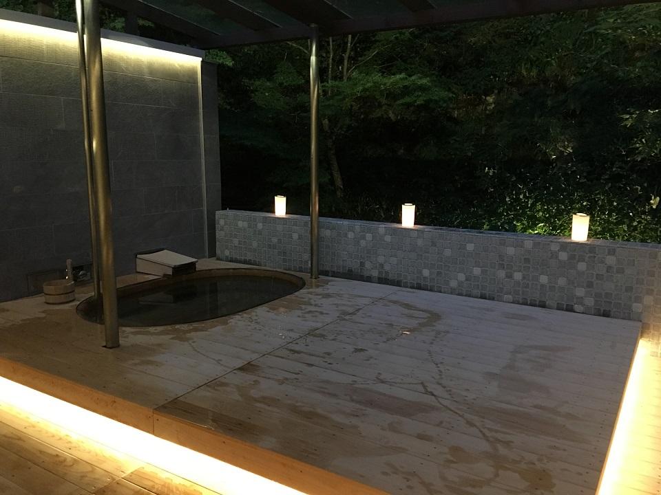 右源太の夜の露天風呂の写真