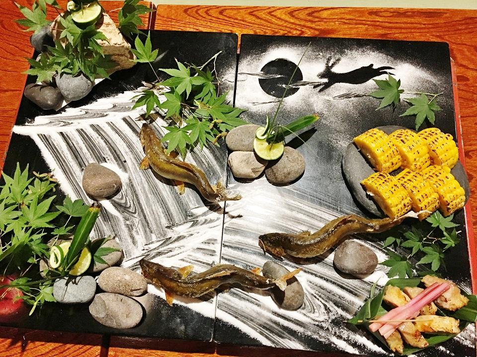 鮎の塩焼きの石庭盛りの写真
