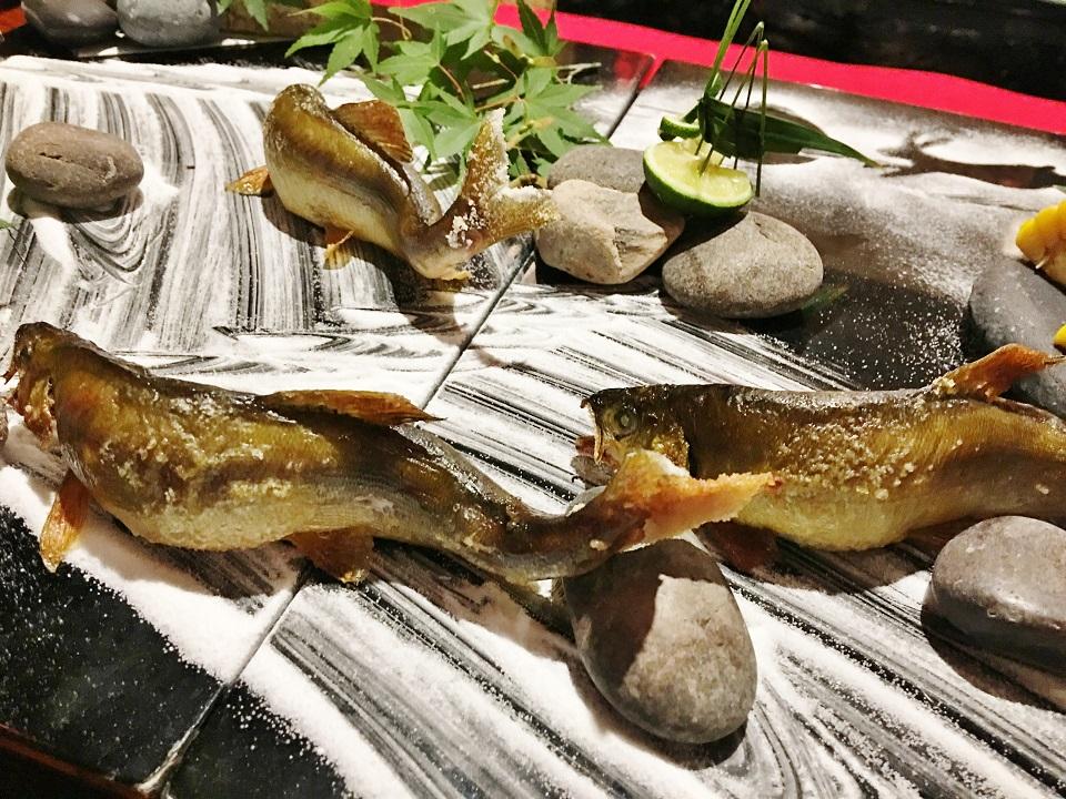 鮎が泳いでいるような石庭盛りの写真